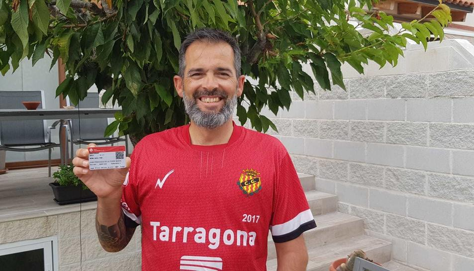 Juan Francisco de la Torre amb el carnet de soci renovat.