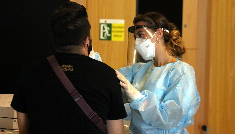 Una persona sotmetent-se al test d'antígens abans d'entrar al Cruïlla.