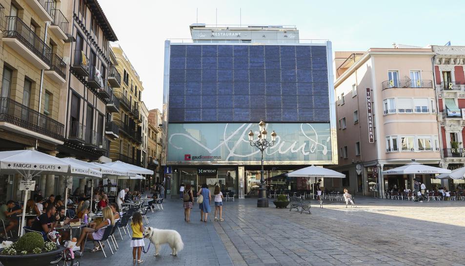 Imatge d'arxiu de les terrasses dels diferents locals ubicats a la plaça del Mercadal a Reus.