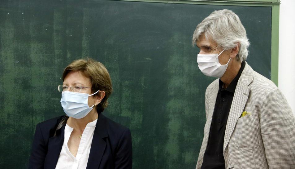 El conseller de Salut, Josep Maria Argimon, amb la secretària de Salut Pública, Carmen Cabezas, al punt de vacunació de covid-19