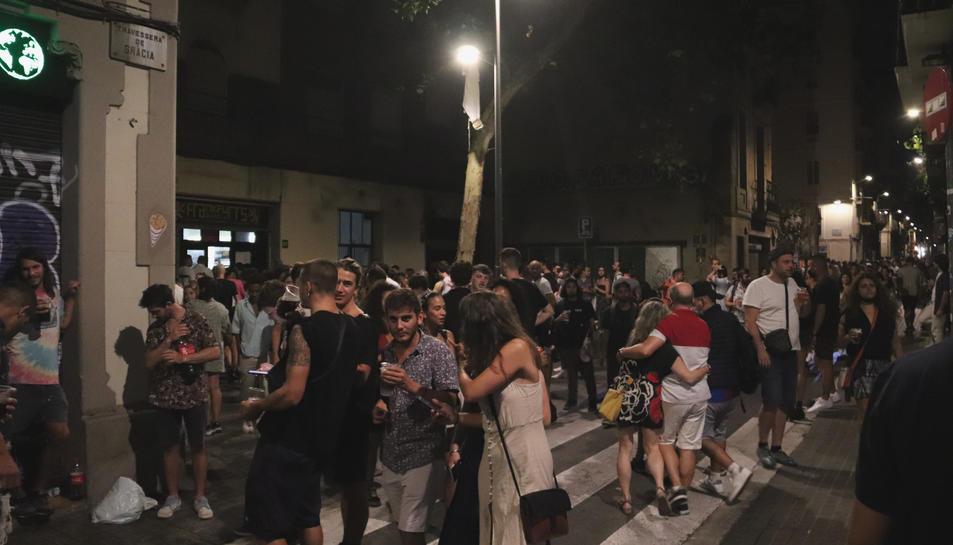 Gent pels carrers de Gràcia en el primer divendres sense toc de queda.