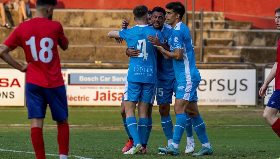 Aythami Artiles celebra el gol que va anotar dissabte a Olot, a la sortida d'un servei de cantonada.