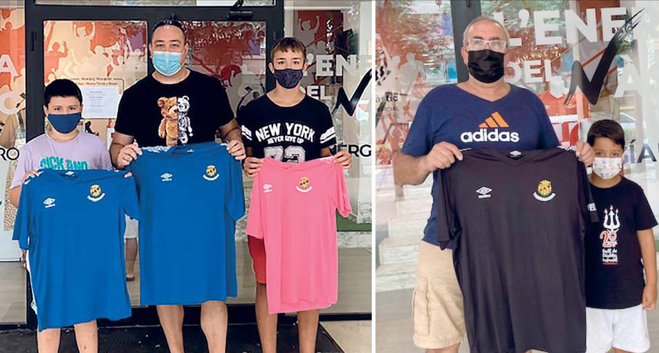 A l'esquerra, Roberto Carrasco i, a la dreta, José Antonio Rojas, tots ells acompanyats dels seus familiars i mostrant orgullosos les samarretes regalades pel club.