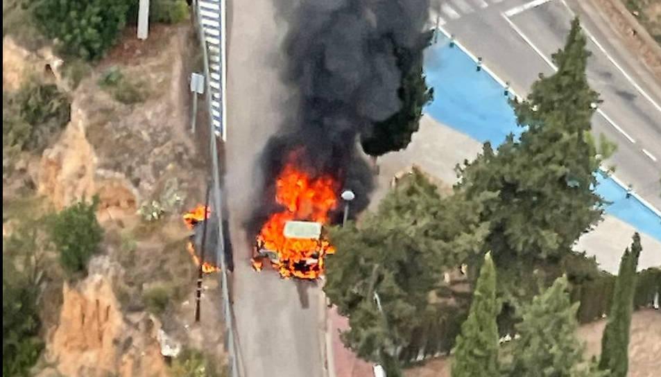 Crema un camió que transportava mobles a la Bisbal del Penedès