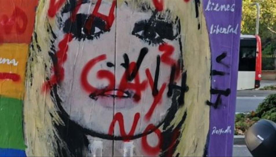 Pinten missatges homòfobs a un mural d'homenatge a Raffaella Carrà del centre de Barcelona