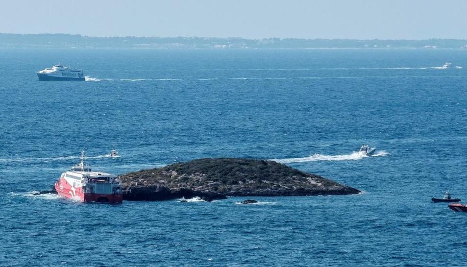 Imatge del vaixell embarrancat a l'illot.