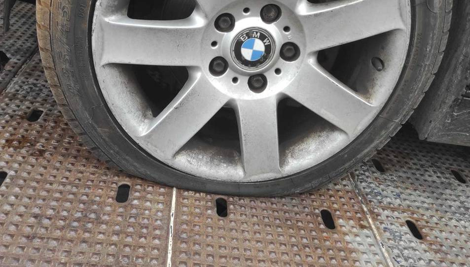 Imatge d'una de les rodes del vehicle punxada.