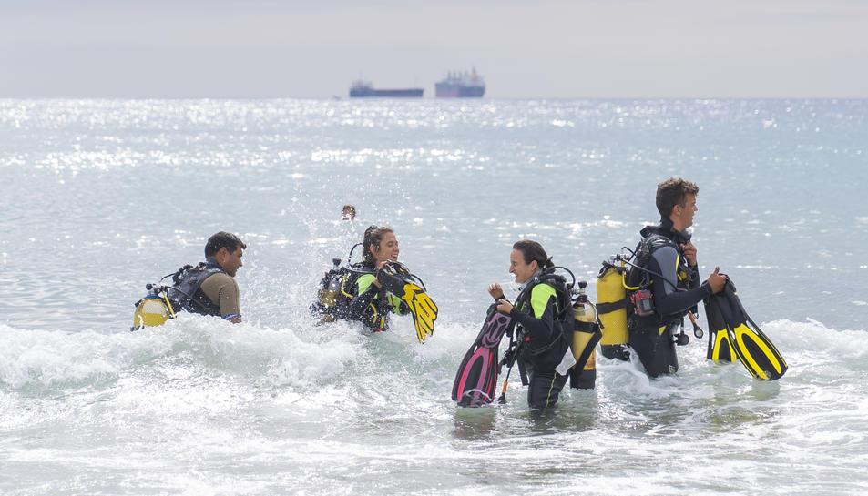 Bateig de dues noies a la platja del Miracle de Tarragona aquest diumenge, 29 d'agost, de la mà de Diving Center Tarraco.