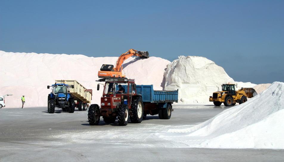 Pla general de les màquines i els tractors treballant en la recollida de la sal a les salines de la Trinitat.