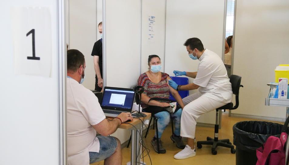 Pla mitjà d'una dona rebent la segona dosi de la vacuna contra la covid-19, a Fira Cornellà, el 28 d'agost del 2021.