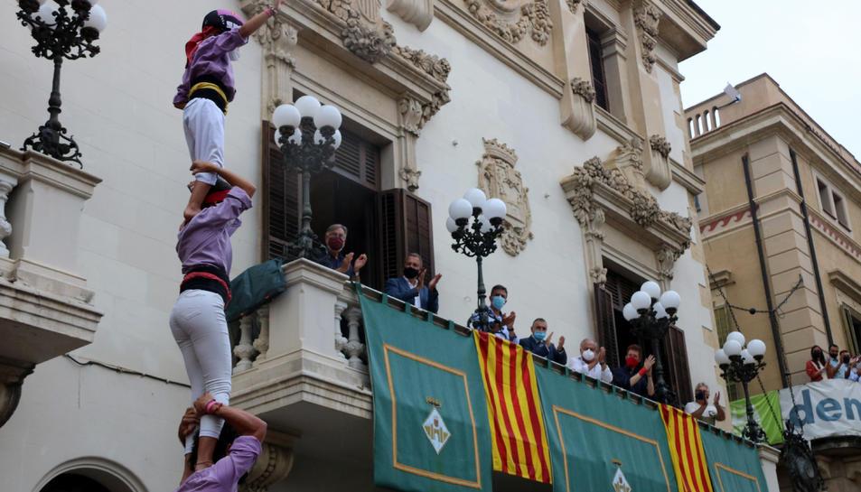 Pla obert contrapicat de la Colla Jove dels Xiquets de Tarragona entrant a la plaça de la Vila amb un pilar de 4.