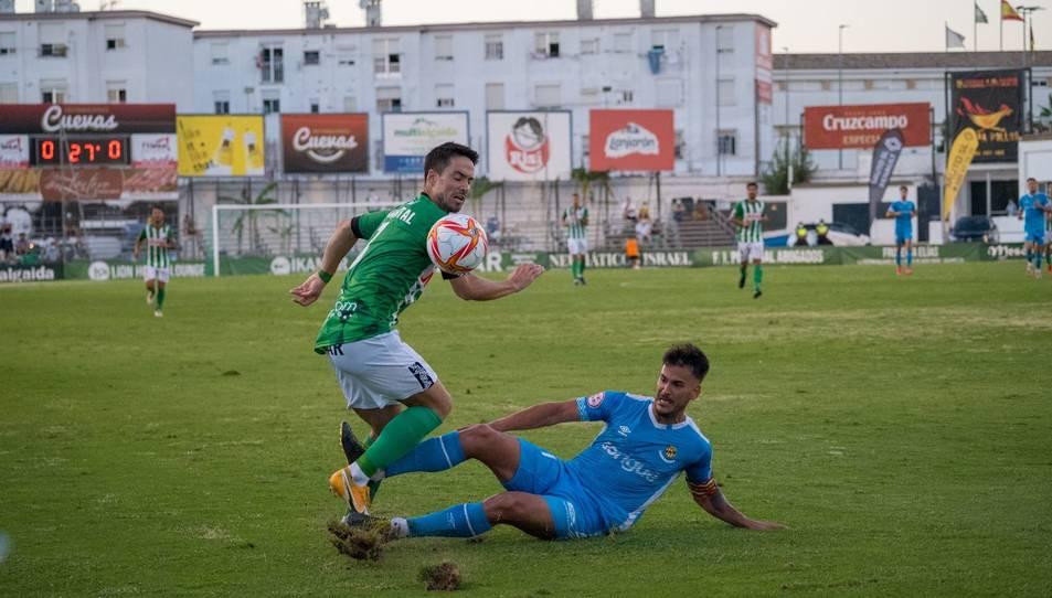 Joan Oriol realitza una entrada a un rival durant l'Atlético Sanluqueño-Nàstic.