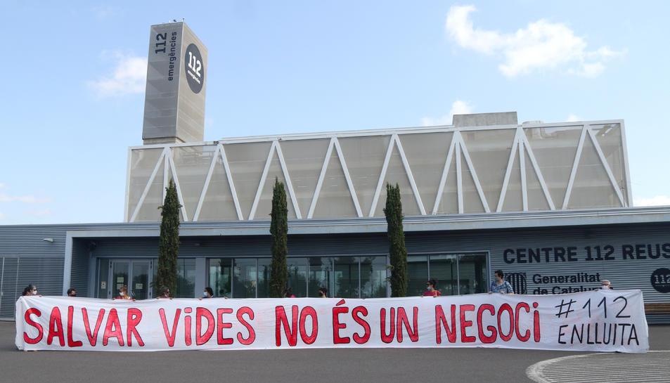 Manifestació davant l'edifici del 112.