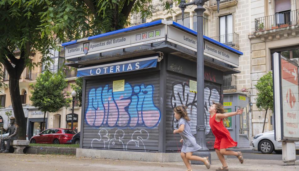 L'administració de loteria a la Rambla Nova amb el carrer Sant Agustí ha rebut noves pintades des que els propietaris es van jubilar.