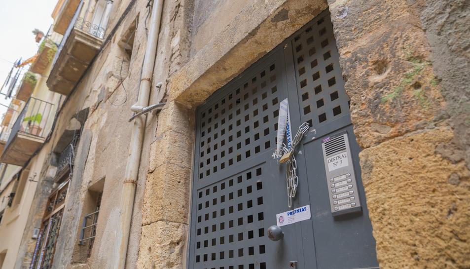 L'accés a l'immoble està precintat per la Guàrdia Urbana des del passat 13 de juliol.