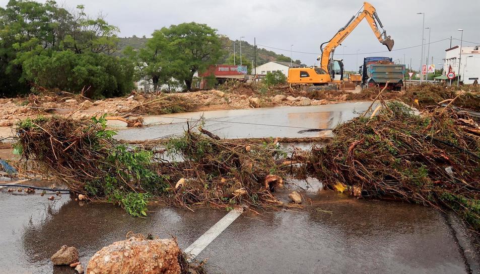 Una carretera d'Alcanar afectada pels aiguats.