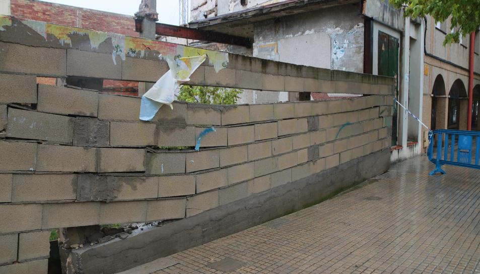 Un mur a Alcanar precintat per la policia local del municipi després d'haver patit els efectes de l'aiguat.