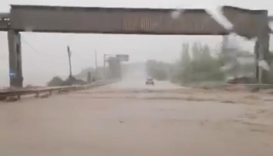 Imatge d'una carretera inundada.