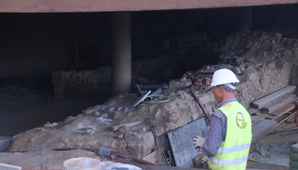 Pla mitjà d'un operari treballant a les restes arqueològiques que han aparegut a la plaça de la façana de la catedral de Tortosa.