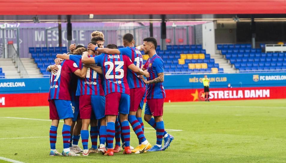 Els jugadors del Barça B celebren el gol que va marcar la passada jornada Nils Mortimer en l'empat a casa contra l'Algeciras (1-1).