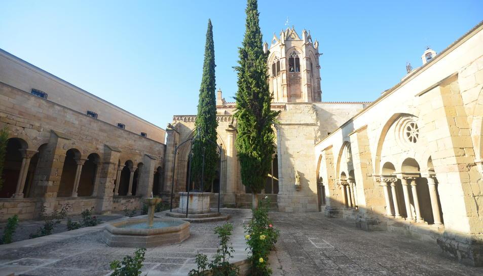 El claustre de Vallbona de les Monges i el singular cimbori-campanar octogonal.