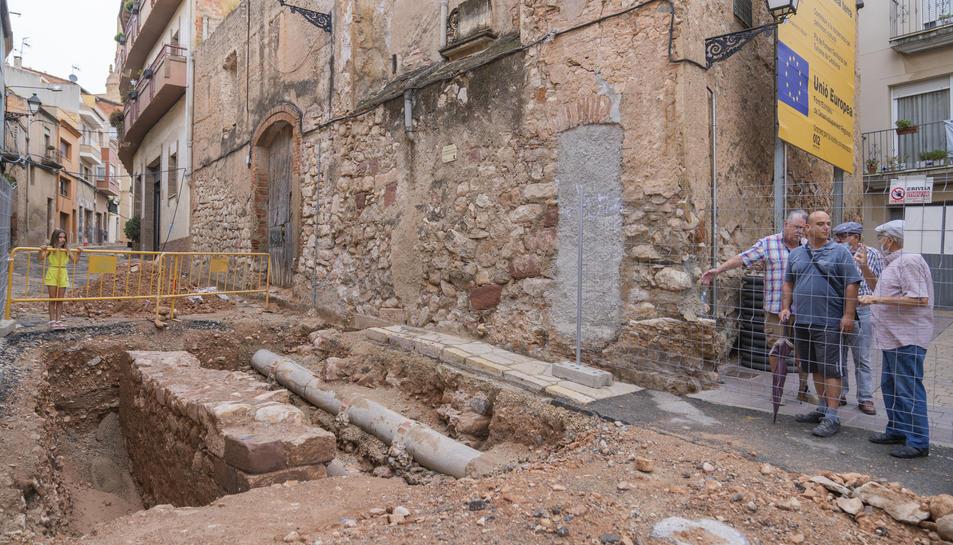 Un grup de veïns d'Alcover observant els fonaments de la torre, just al mig del raval del Carme.