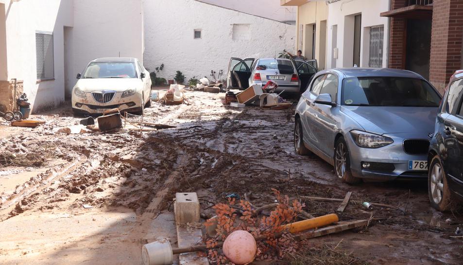 Un carrer de les Cases d'Alcanar, amb quasi un pam de fang.