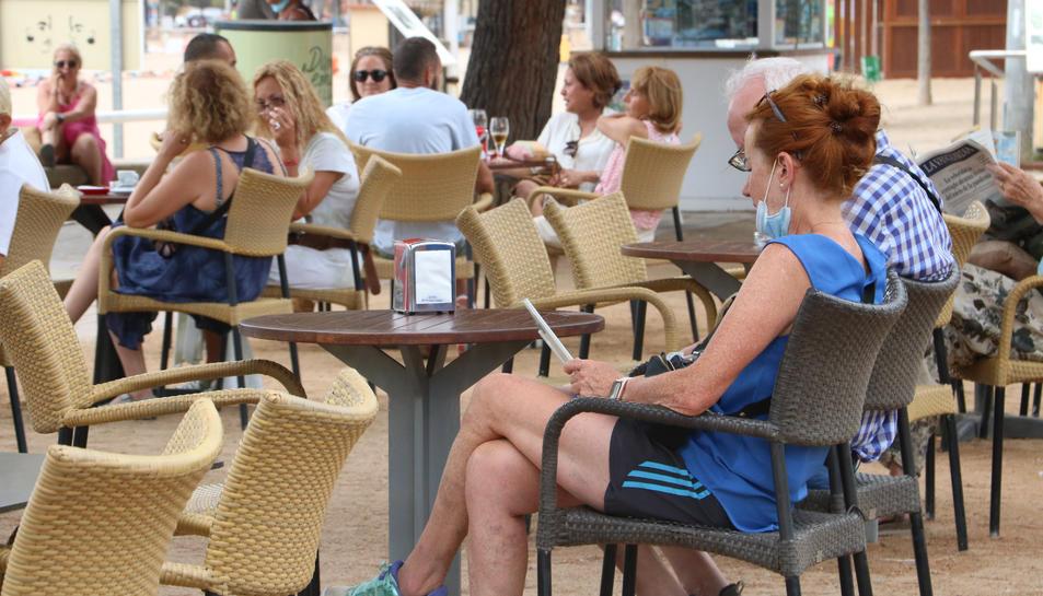 Unes persones a la terrassa d'un bar.