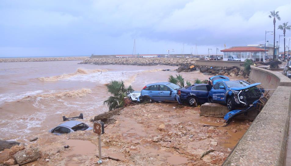 Pla obert de cotxes destrossats a les Cases d'Alcanar.