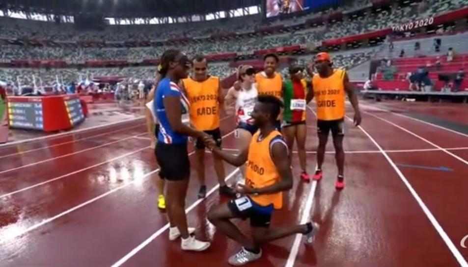 Moment en que el guia va demanar matrimoni a l'atleta de Cap Verd.