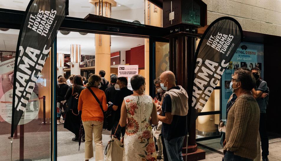 Imatge d'un grup de persones entrant al Teatre Tarragona el primer dia del FITT.