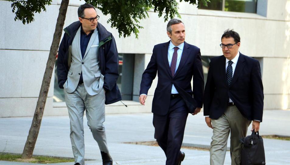 L'historiador Josep Lluís Alay, al centre, arribant a l'Audiència Nacional on va declarar investigat per encobriment.