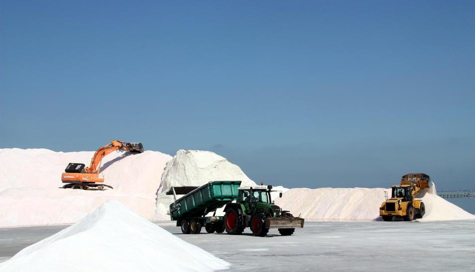 Pla general de màquines i tractors treballant en la recollida de la sal a les salines de la Trinitat.
