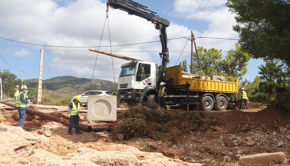 Pla obert de l'actuació d'Endesa per reparar la línia elèctrica afectada pels aiguats a Alcanar.