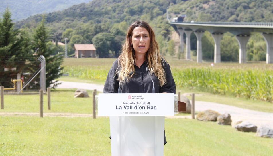 La portaveu del Govern, Patrícia Plaja, atenent els mitjans a la Vall d'en Bas.