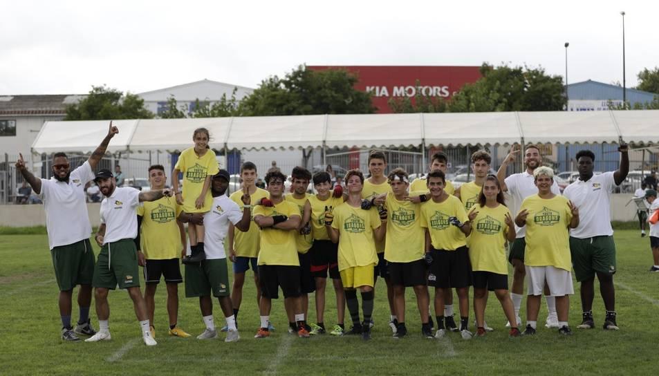 Els joves que han participat en el campus impulsat pels Barcelona Dragons.