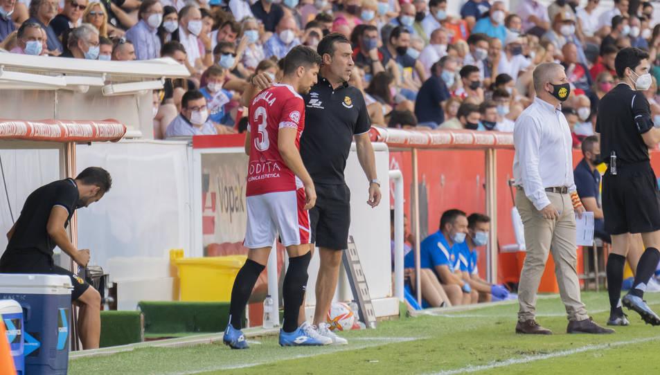 Javi Bonilla rep les últimes indicacions de Raúl Agné abans d'ingressar diumenge al terreny de joc.