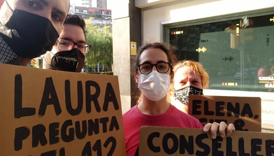 Treballadors del 112 de Zona Franca davant les oficines de Catalunya Ràdio.