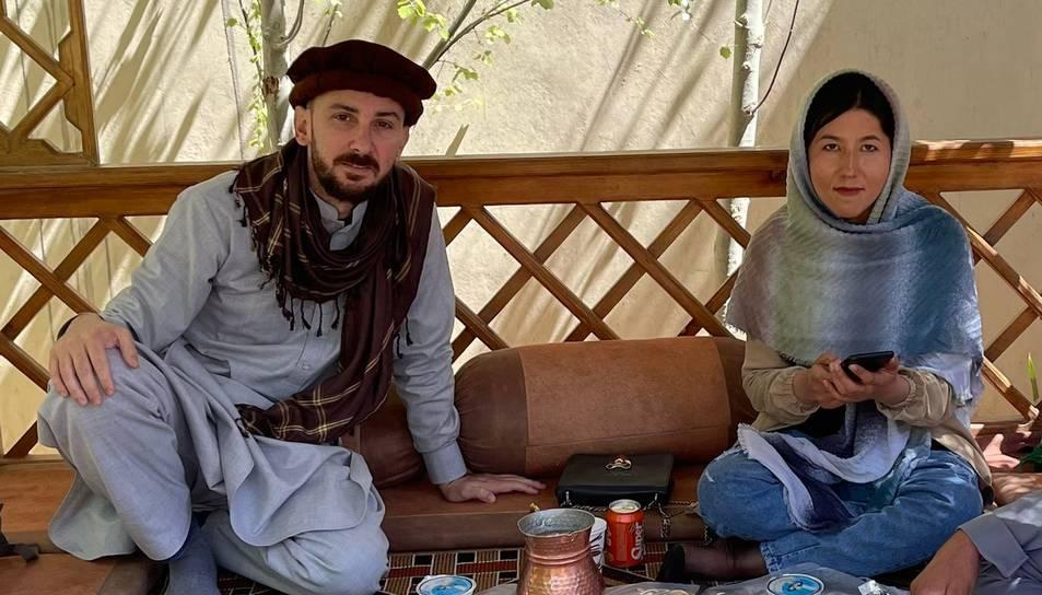 El viatger tarragoní Carlos Ferrer i Fatima, la primera i única guia turística dona de l'Afganistan.