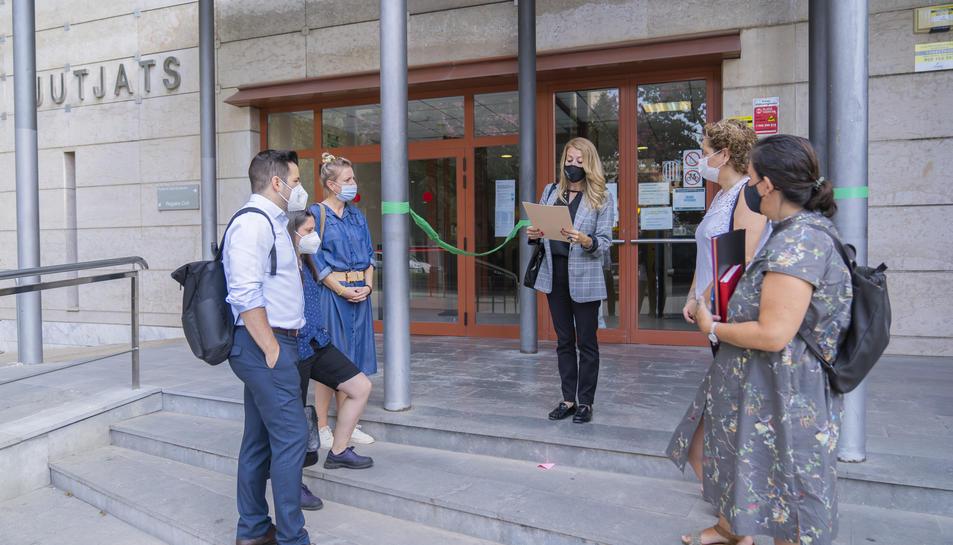 A Reus, així com en 13 indrets més de Catalunya, els advocats van fer la lectura del manifest.