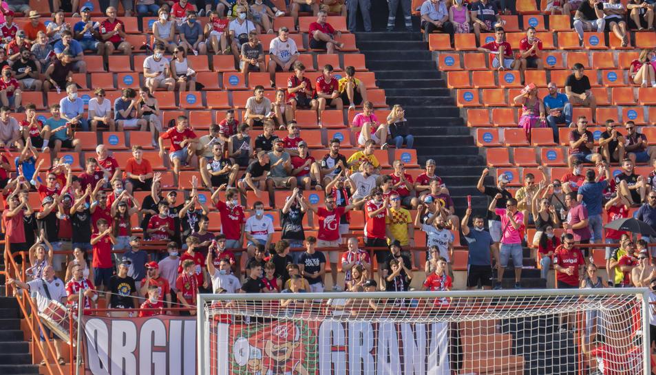 Públic al Nou Estadi de Tarragona durant el Nàstic-Barcelona B.