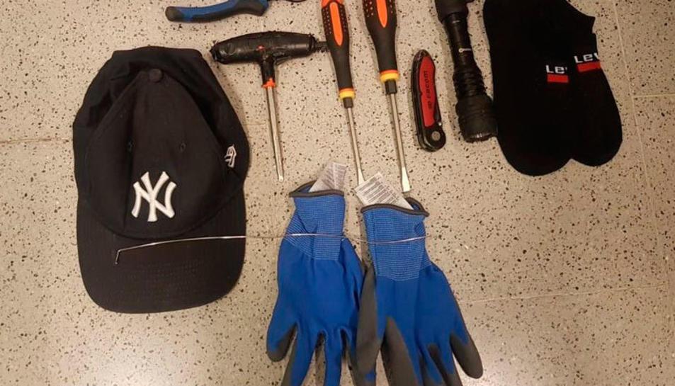 Imatge de les eines que duien els lladres en el moment de la detenció.