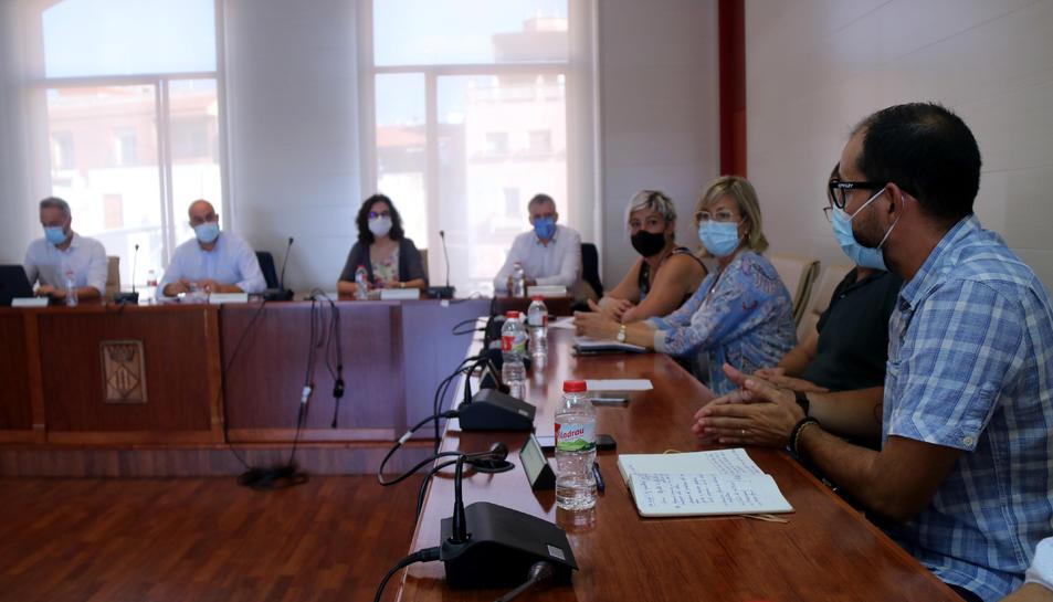 Pla obert de la reunió entre el govern municipal d'Alcanar i representants del Govern a les Terres de l'Ebre.