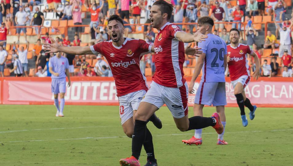 Fran Carbia celebra el gol, al costat de Robert Simón.