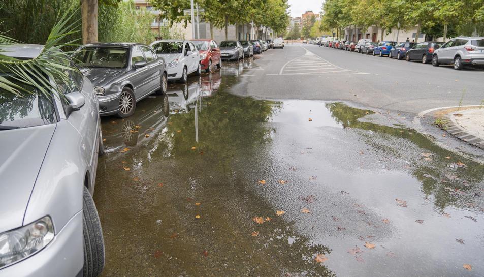 El toll d'aigua es troba al final del carrer Pont i Gol i arriba fins al davant d'una llar d'infants.