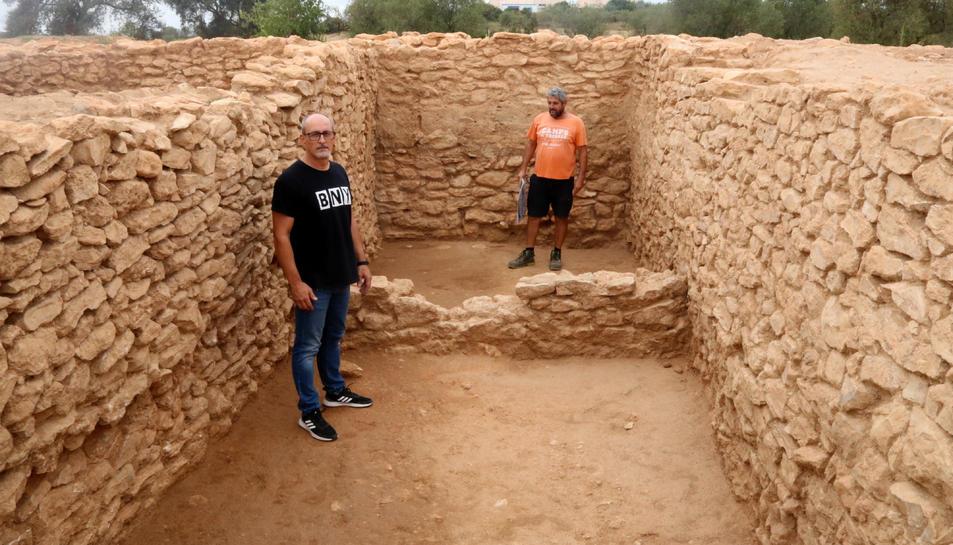 Pla general d'un dels edificis excavats al jaciment iber de Banyeres del Penedès, amb l'alcalde Amadeu Benach i l'arqueòleg Jordi Morer.