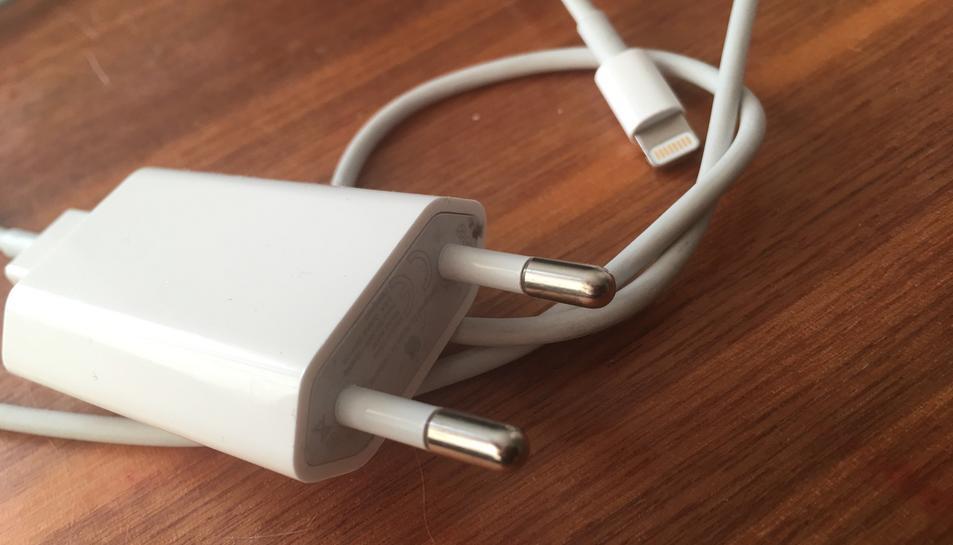 El cable que MG ha utilitzat per imitar és un Lightning d'Apple.