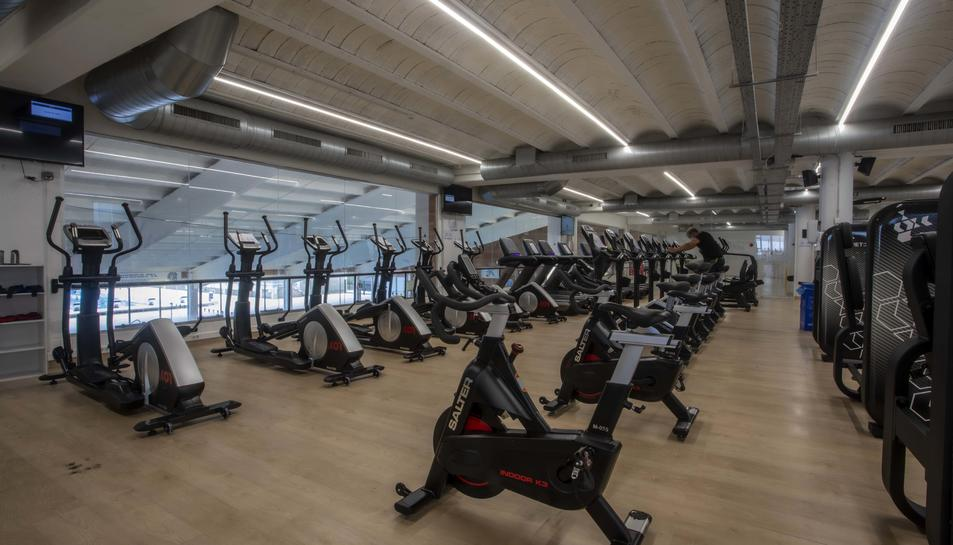 Imatge d'una sala amb bicicletes estàtiques.