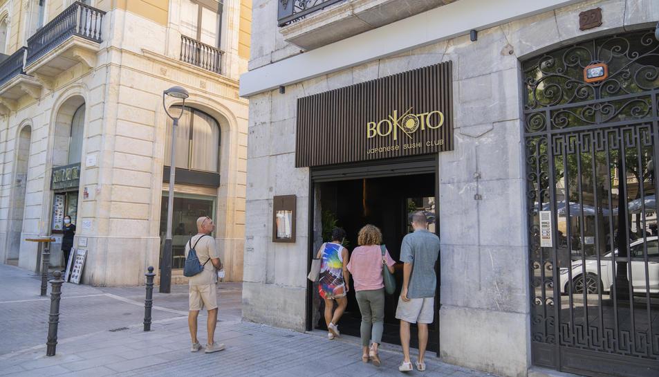 Imatge d'unes persones entrant al restaurant Bokoto Japanese Club, un dels dos restaurants que ha obert recentment a la Rambla.