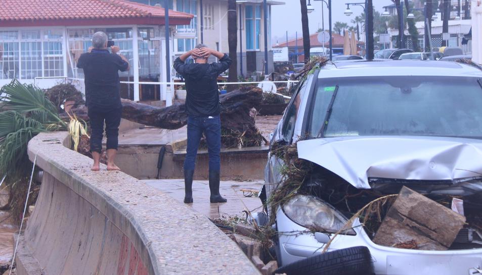 L'alcalde d'Alcanar, Joan Roig, observant les destrosses que l'aiguat a fet a les Cases d'Alcanar.